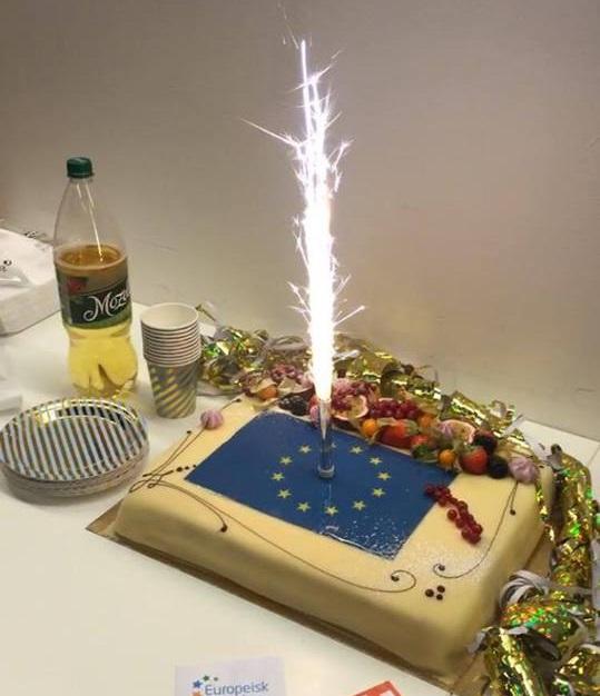 I Stavanger hadde Europabevegelsen fått selskap av Europeisk Ungdom, som stod for kaken.